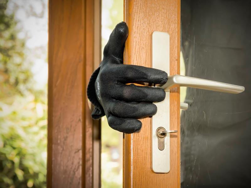 Ladrón abriendo una puerta