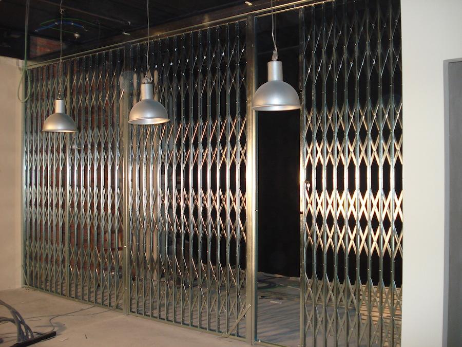 Puerta de ballesta zincada para bar o restaurante