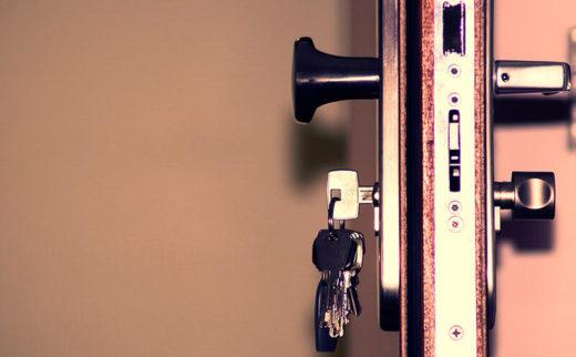 como-elegir-puerta-seguridad-vivienda-negocio-okupas