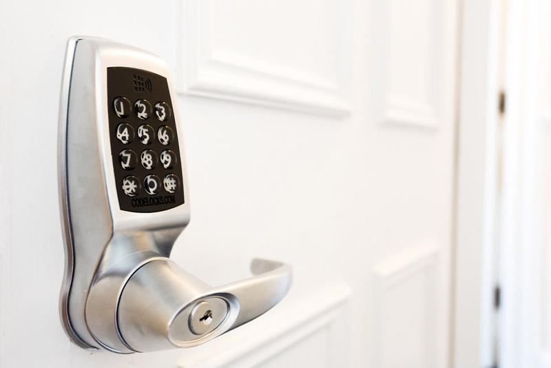 tipos-cerraduras-puertas-metalicas-digital