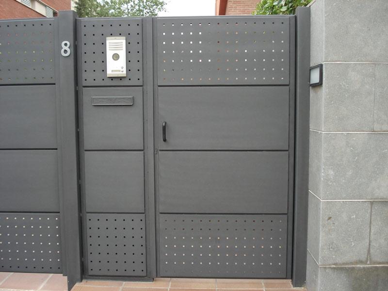 Puertas residenciales metálicas con apertura por abajo