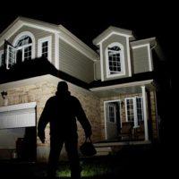 Ladrón delante de una casa