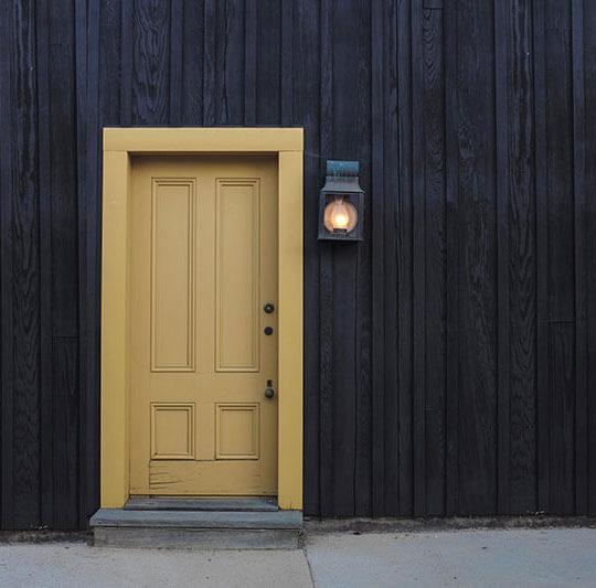 como-elegir-puerta-seguridad-vivienda-negocio-puerta-amarilla