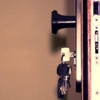 tipos-cerraduras-puertas-metalicas-cerradura
